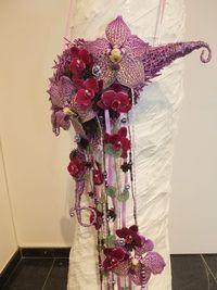 Un sac-pochette avec des Orchidées vanda et cymbidium