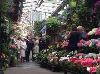 A Reine Elizabeth II au Marché aux fleurs photo @Elysee